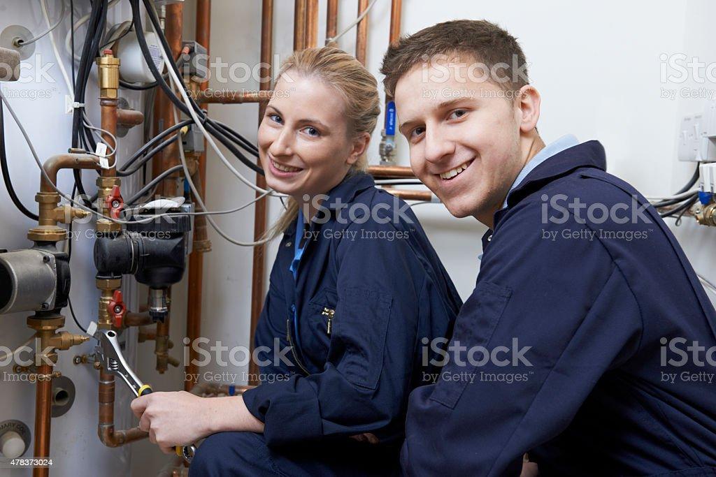 Weibliche Trainee Klempner Arbeiten an der Zentralheizung Boiler – Foto
