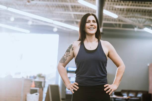 Frauentrainerin im Cross Training Gym – Foto