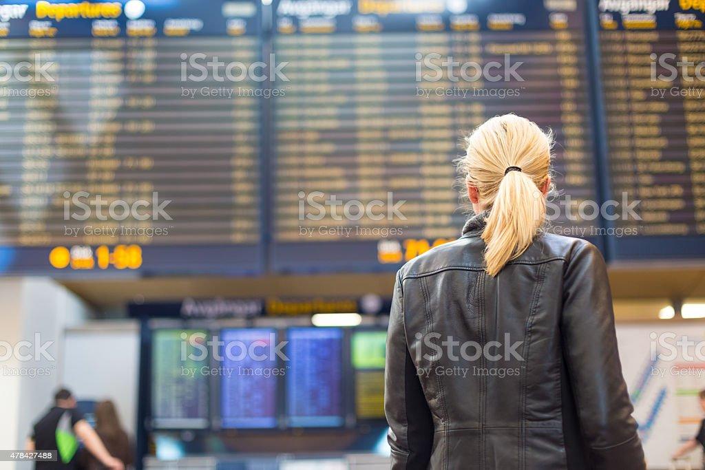 Weibliche Reisende, die Flug-Abreise-board. – Foto