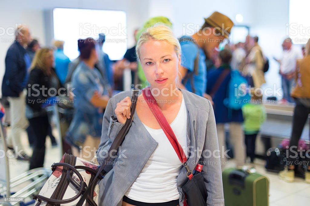 Weibliche Reisende warten in Flughafen-terminal. Lizenzfreies stock-foto