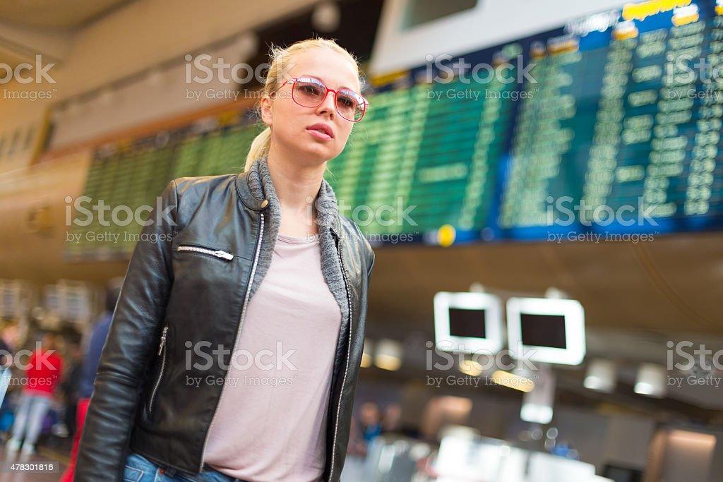 Weibliche Reisende zu den Flughafen-Terminals. Lizenzfreies stock-foto