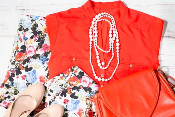 weibliche trendige kleidung sommerkollektion im casual-style - bedruckte leggings stock-fotos und bilder