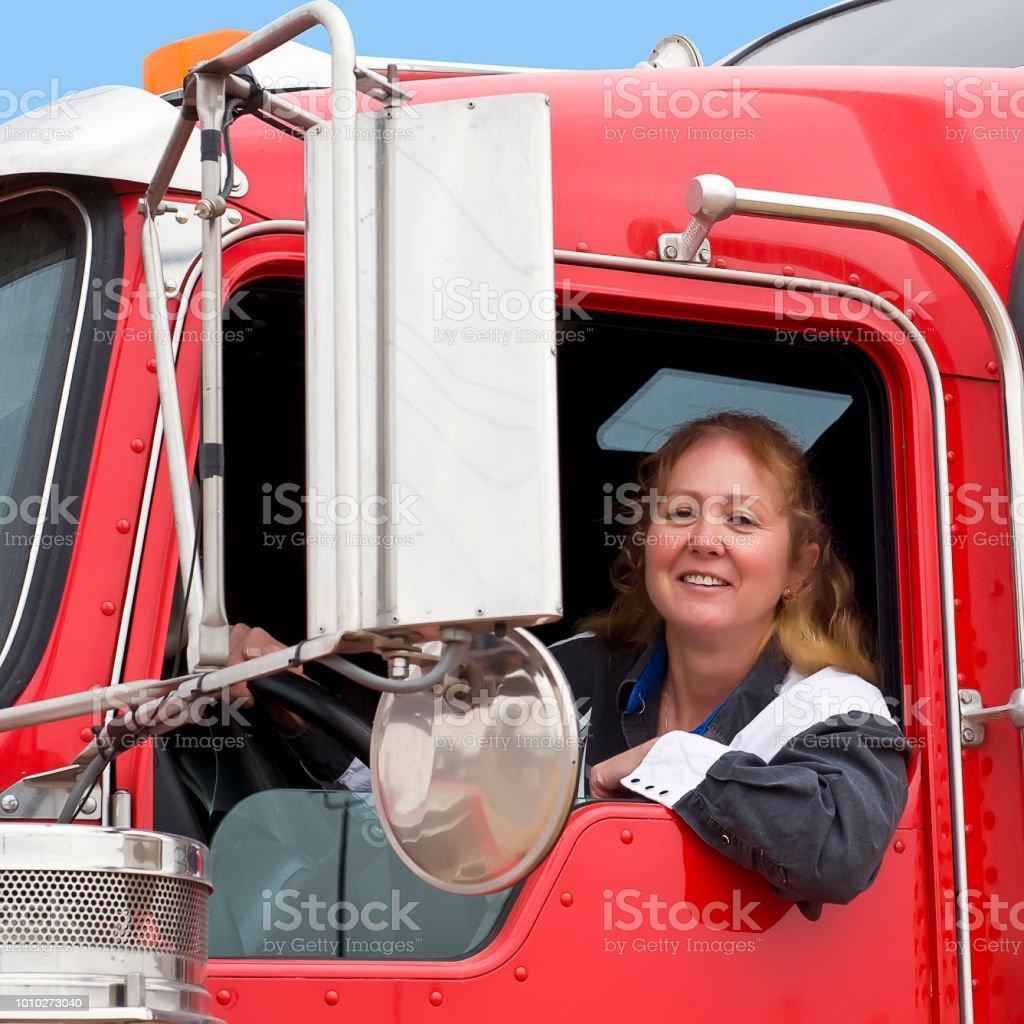 Mujer de camionero en una plataforma grande. - foto de stock