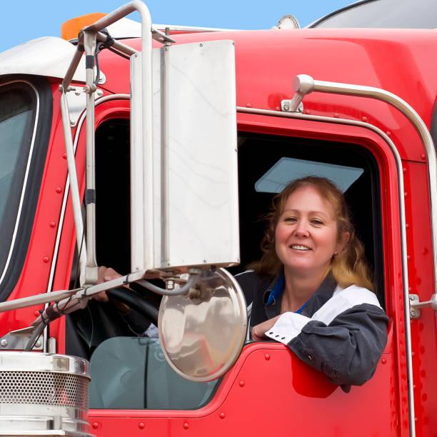mujer de camionero en una plataforma grande. - conductor de autobús fotografías e imágenes de stock