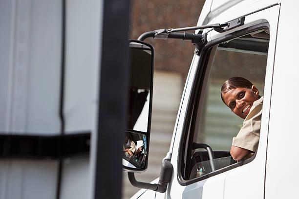 conductor de camión hembra - conductor de autobús fotografías e imágenes de stock