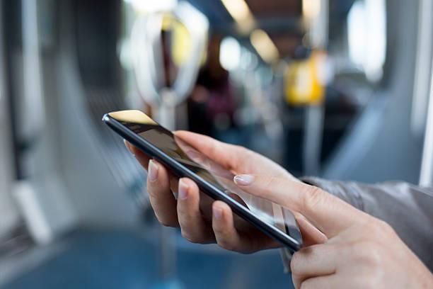 Weiblich mit Ihrem smart Handy auf U-Bahn. U-Bahn. SMS, Sms – Foto