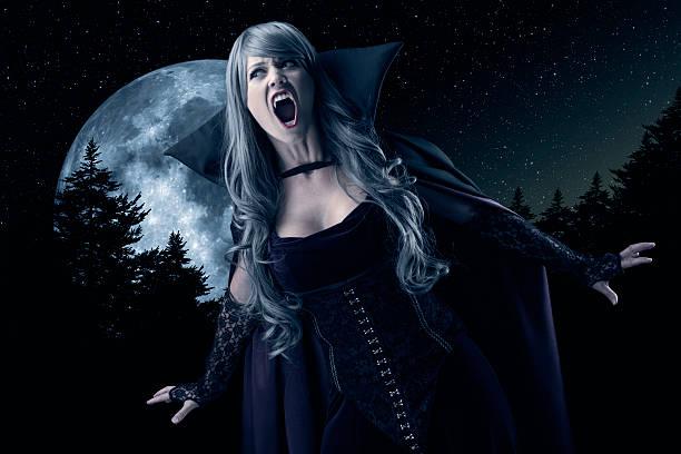 femme vampire hurlement de la lune - vampire femme photos et images de collection