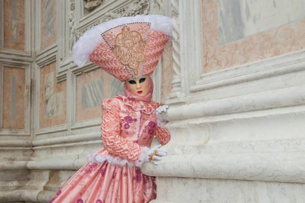 weibliche venezianische maske in hellen rosa elegante karnevalskostüm am karneval in venedig. - rosa camo party stock-fotos und bilder