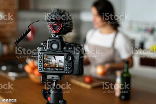 Female Vlogger Recording Cooking Related Broadcast At Home - zdjęcia stockowe i więcej obrazów Aparat fotograficzny