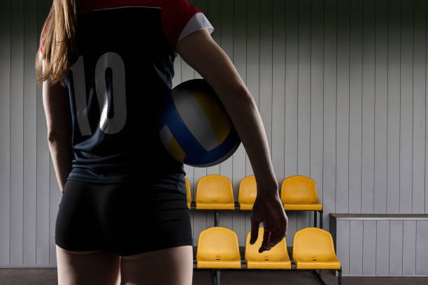ボールと一緒に立っている女子バレーボール選手 - バレーボール ストックフォトと画像