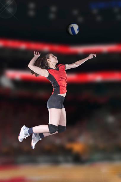 女子排球運動員在 vollayball 球場上跳躍特寫。 - 殺球 個照片及圖片檔