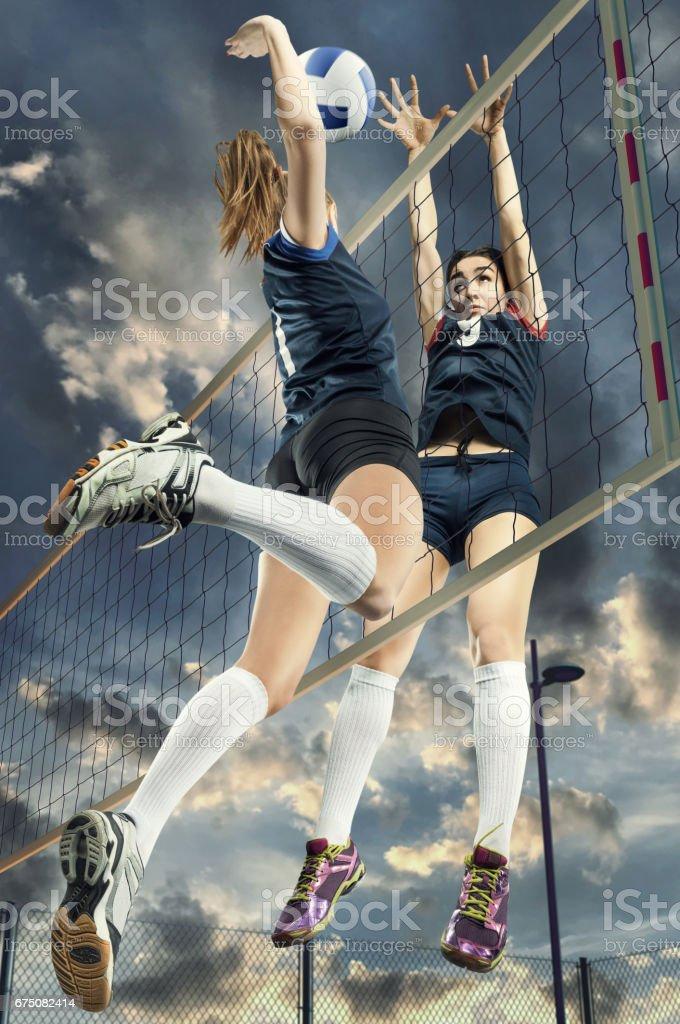 Joueurs de volley-ball féminin sauter gros plan photo libre de droits