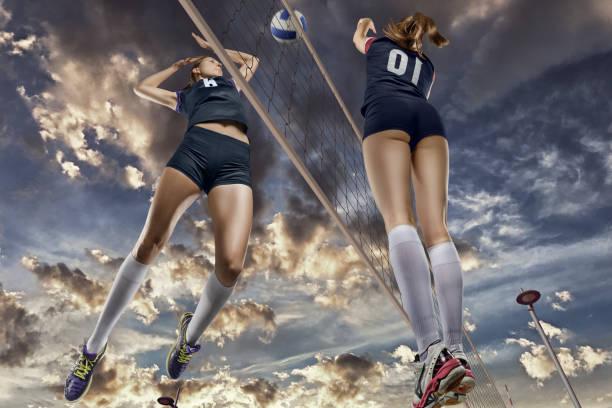 Weibliche Volleyballer springen Nahaufnahme – Foto