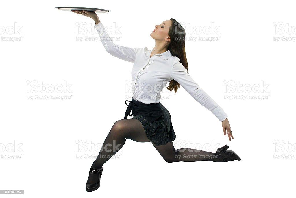Weibliche Bedienung Tanz mit einem Tablett vor einem weißen Hintergrund. – Foto