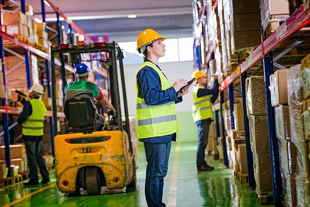 weibliche warehouse mitarbeiter, die checkliste - papierrollenhalter stock-fotos und bilder