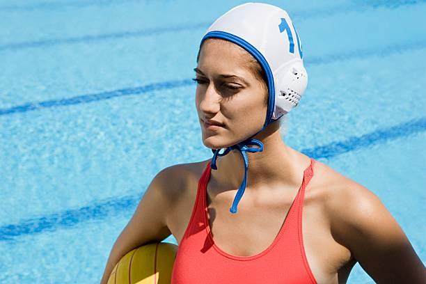 mujer jugador de waterpolo - water polo fotografías e imágenes de stock