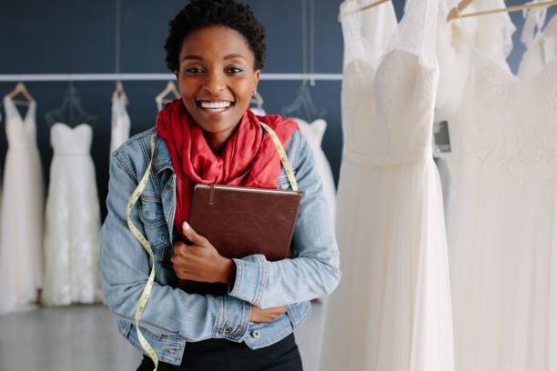 weibliche hochzeit mode-designer in einer braut boutique - hochzeitskleid in schwarz stock-fotos und bilder