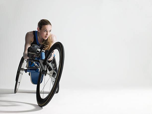 mulher de atleta de cadeira de rodas - esportes em cadeira de rodas - fotografias e filmes do acervo