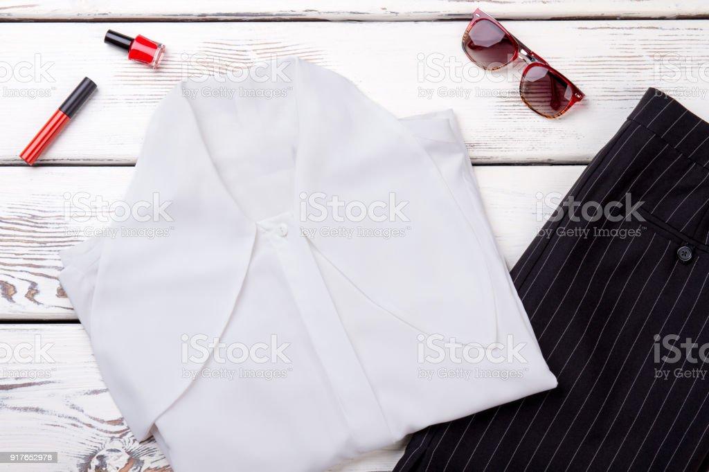 379a587de1 Mujeres Blusa Blanca Y Falda Negra Foto de stock y más banco de ...