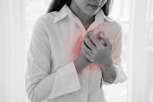 Mujer que sufre de cardiopatía aguda. - foto de stock