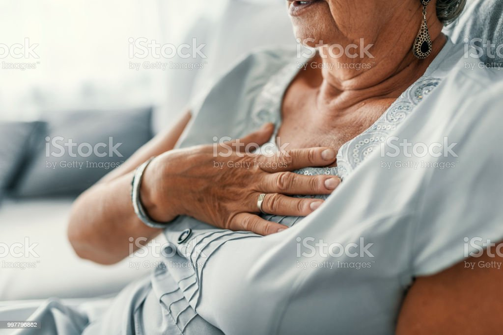 Mujer con dolor de pecho - foto de stock
