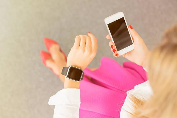 weiblich mit moderner technologie - markenuhren damen stock-fotos und bilder