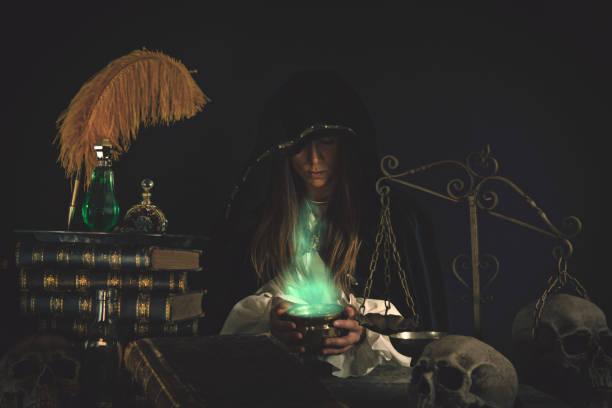 Weibliche Assistenten am Tisch mit magische Gegenstände – Foto