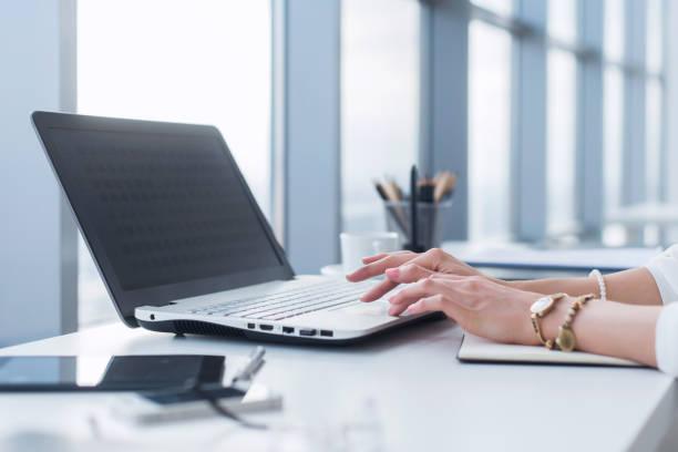 werkneemster met laptop in office, werken met nieuw project. vrouw bloggen thuis als freelancer. - e learning stockfoto's en -beelden