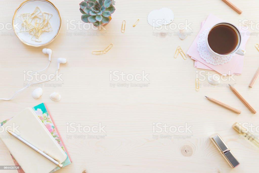 Espaço de trabalho feminino em tons pastel - Foto de stock de Acessório royalty-free