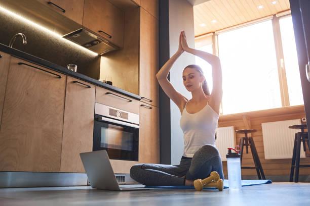yogui femenino transmitiendo un video en vivo a sus seguidores - zoom meeting fotografías e imágenes de stock