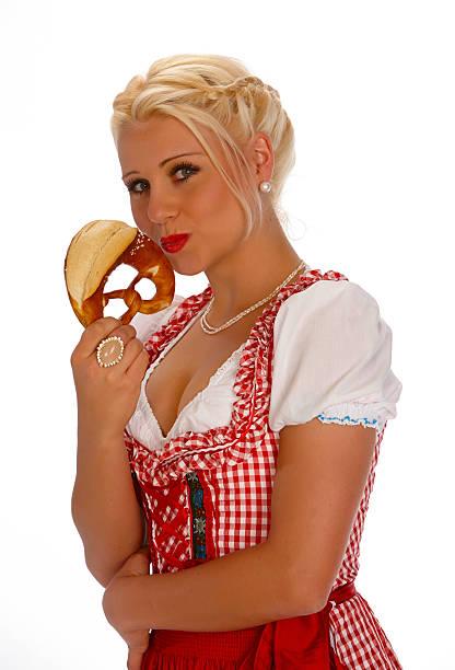 weibliche jungen blonden schönheit porträt mit dirndl mit brezel - moderne dirndl stock-fotos und bilder