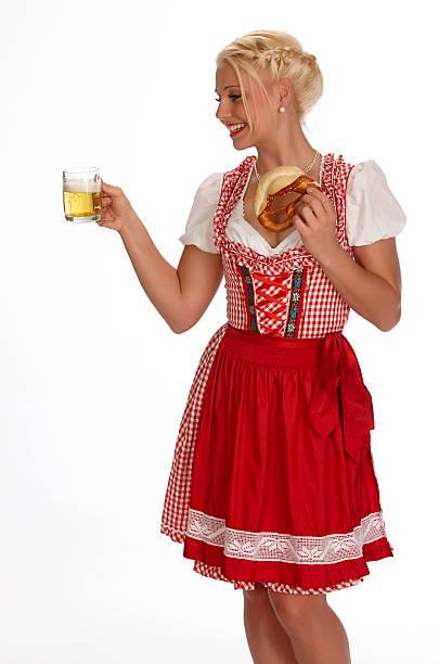 weibliche jungen blonden mit dirndl mit brezel und bier - moderne dirndl stock-fotos und bilder