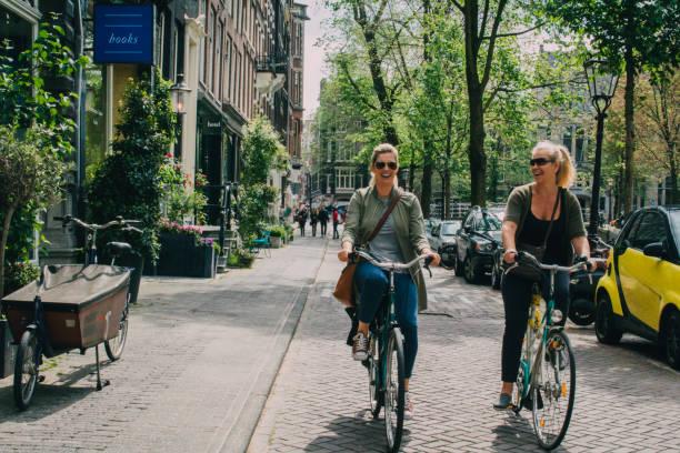 frauen radsport in amsterdam - städtetrip stock-fotos und bilder