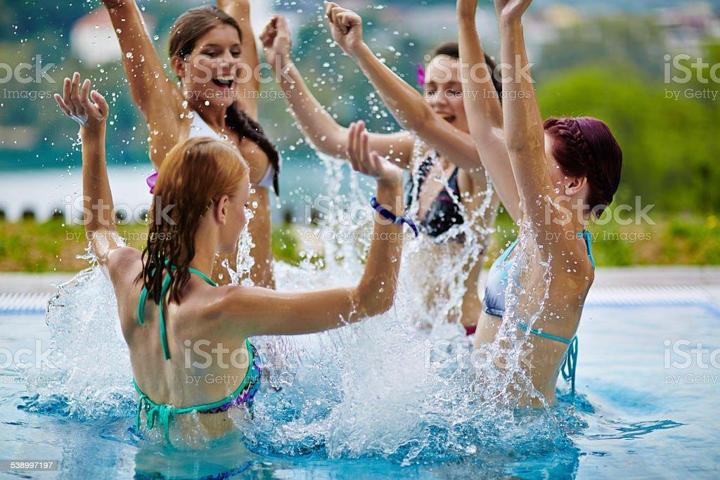 Femmes appréciant temps ensemble de la piscine - Photo