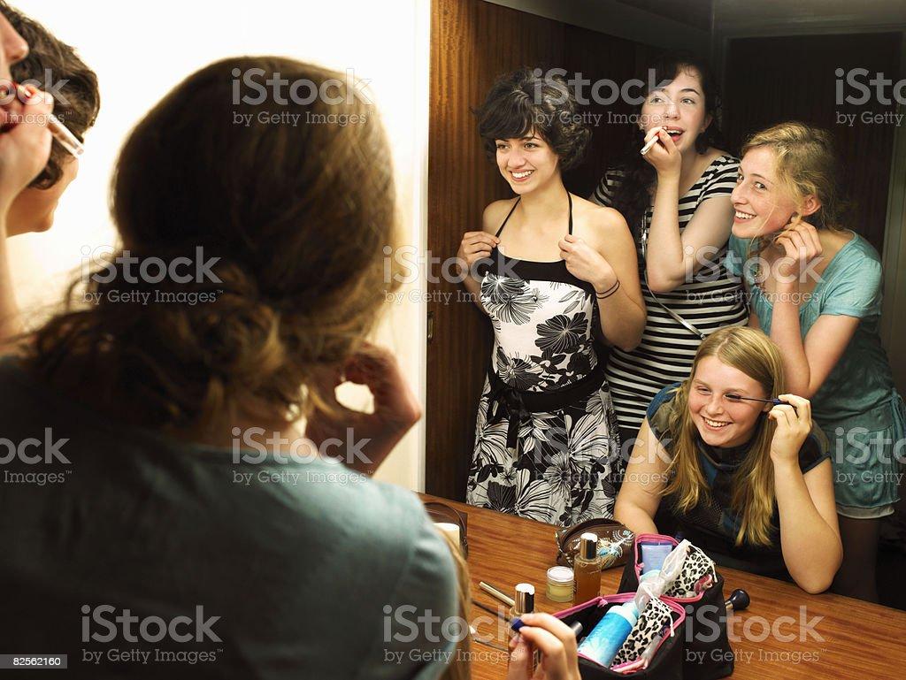 Femmes faisant de maquillage près de miroir - Photo