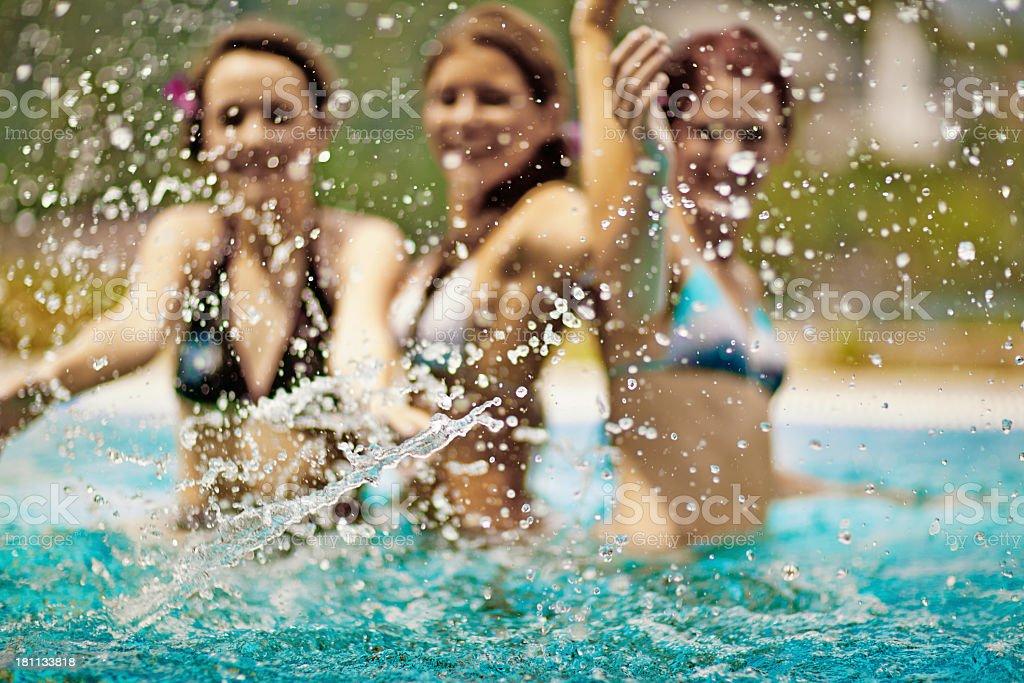 Femmes éclaboussures de l'eau dans la piscine - Photo
