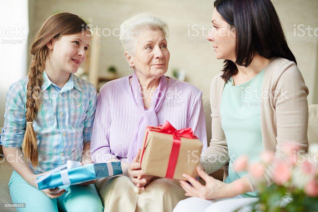 Frauen mit Geschenken Lizenzfreies stock-foto