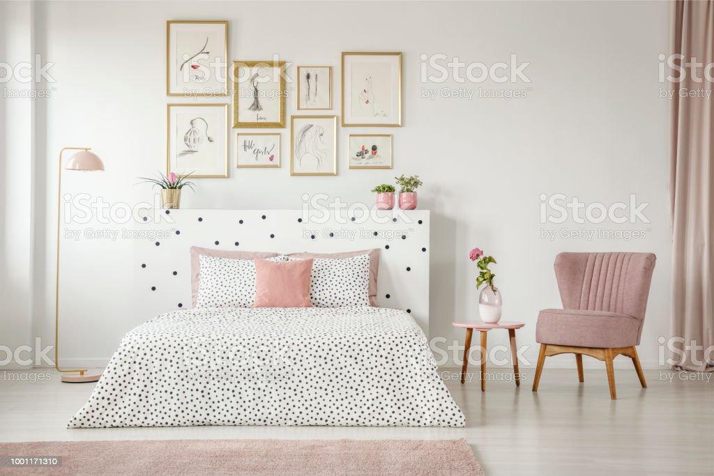 Feminine Schlafzimmer Innenraum Mit Weissen Wanden Polka Dots