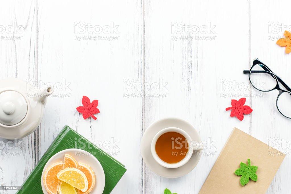 Espace de travail féminin Bureau plat poser avec Journal, livre, lunettes, tasse de thé, bonbons et me sentais décor. - Photo de Accessoire libre de droits
