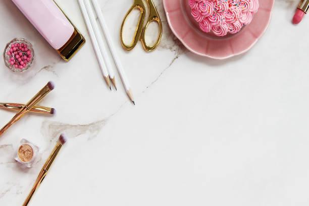feminine desktop - make up torte stock-fotos und bilder
