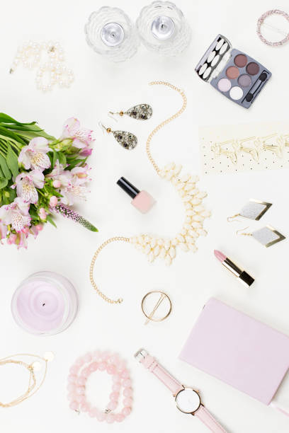 feminine wohnung lag mit frauen-mode-accessoires, dessous, schmuck, kosmetik, kaffee und blumen. ansicht von oben - porzellan schmuck stock-fotos und bilder
