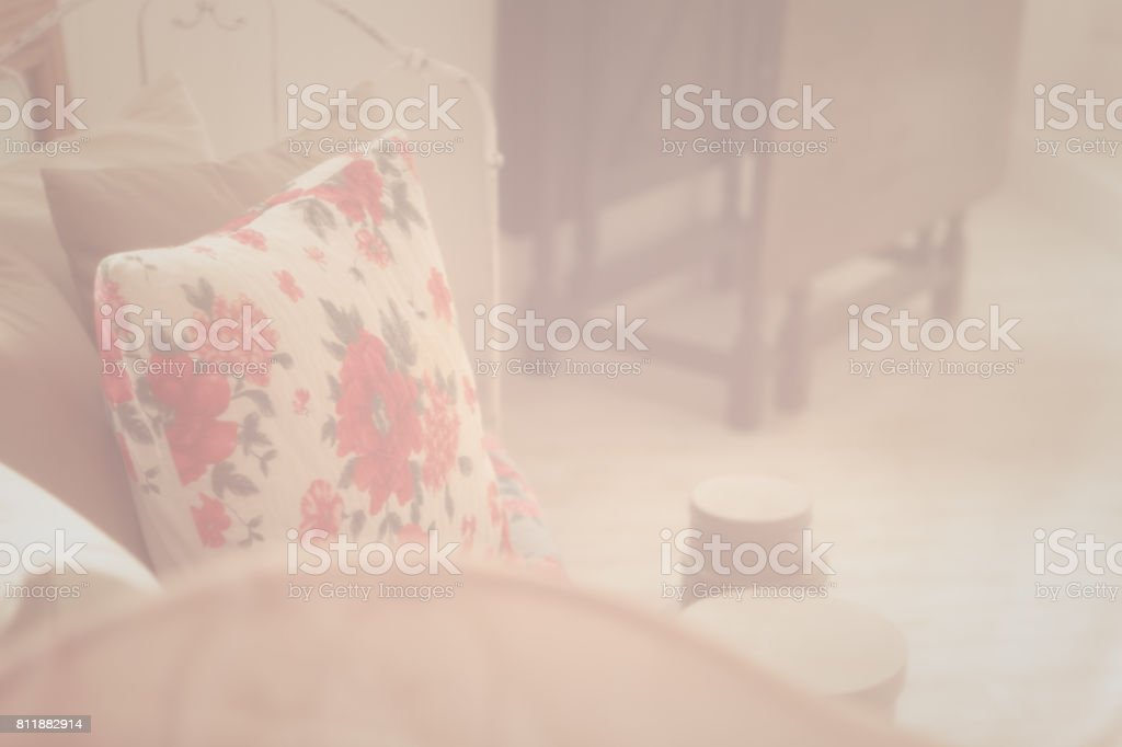 クッションが付いて女性の部屋。 ストックフォト