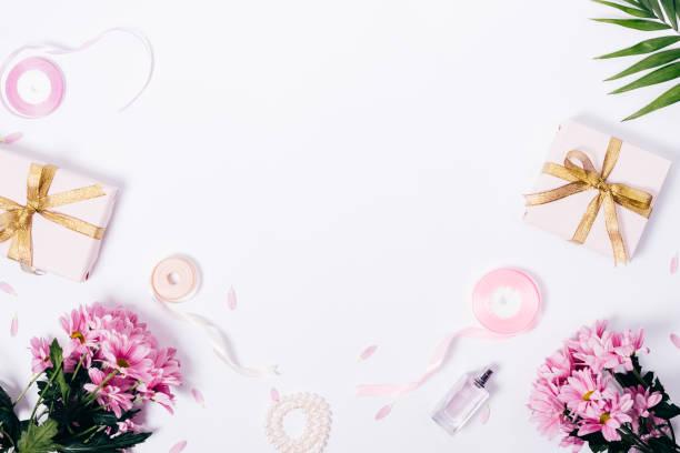 feminine draufsicht rahmen mit textfreiraum - tischdeko goldene hochzeit stock-fotos und bilder