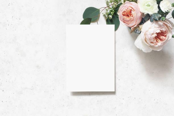 여성 결혼식, 생일 목 업 장면. 빈 종이 인사말 카드입니다. 홍당무 핑크 영어 장미, 미나리 꽃과 유칼립투스 잎의 꽃다발. 콘크리트 테이블 배경입니다. 평면 누워, 평면도. - 초대장 뉴스 사진 이미지