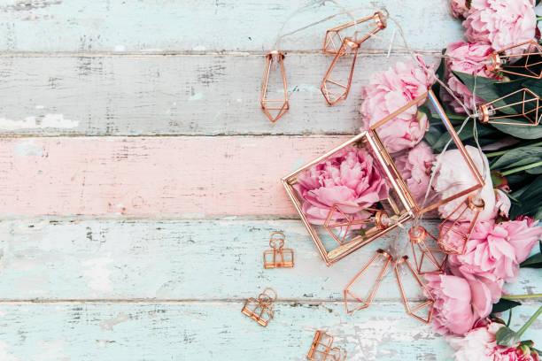 femenino composición de mesa de boda o cumpleaños con peonías rosa y adornos oro viejo vintage table.top de madera vista, espacio de copia - baby shower fotografías e imágenes de stock