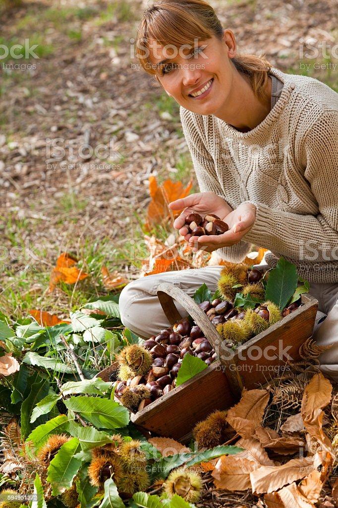 femme avec des châtaignes stock photo