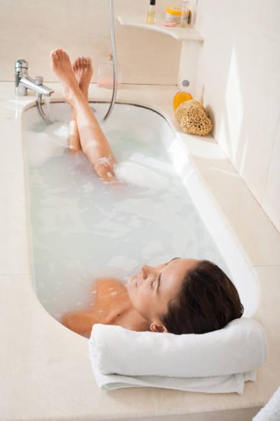 femme dans son bain stock photo