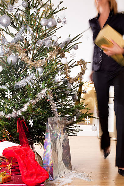 femme préparant sapin de noel femme qui prépare un sapin de noel avec des cadeaux sapin noel stock pictures, royalty-free photos & images