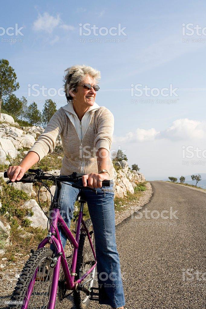 femme sénior sur son vélo Lizenzfreies stock-foto