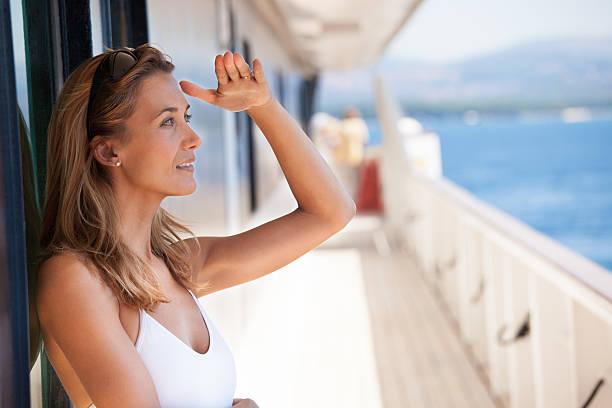 femme sur le pont regardant l'horizon - 30 39 jaar stockfoto's en -beelden